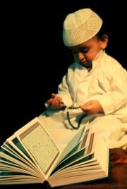 Enfant lit Coran 2