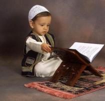 Enfant lit le coran